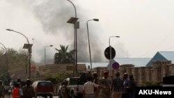 Anggora tentara Irak berkumpul di area sekitar serangan bom di distrik Alawi di Baghdad (14/3).