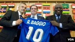 Roberto Baggio, izquierda, muestra junto a otras personalidades de la ONU una camisa simbólica de la extrella italiana, en una campaña para la lucha contra el hambre.