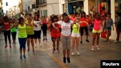 یک تمرین گروهی زومبا در خیابانی در اسپانیا. زومبا در بسیاری از کشورها به عنوان یک رقص-ورزش جمعی اجرا می شود.