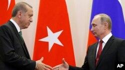 Presiden Turki Recep Tayyip Erdogan (kiri) dan Presiden Rusia Vladimir Putin saat bertemu di Sochi, Rusia 3 Mei lalu (foto: dok).