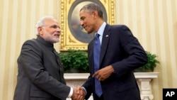 Presiden AS Barack Obama berjabat tangan dengan PM India Narendra Modi di Gedung Putih (30/9).