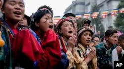 Người Tây Tạng chào đón Đức Đạt Lai Lạt Ma khi ngài tới một thiền viện ở Bomdila, Arunachal Pradesh, Ấn Độ, hôm 4/4.