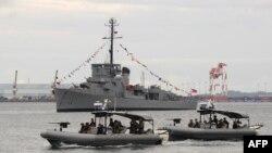 菲律宾海军驾驶快艇在苏比克湾近海巡逻