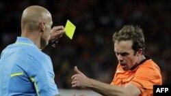 Blatter kritikon lojtarët e Holandës dhe të Spanjës për sjelljen në fushë