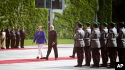 德国总理默克尔和印度总理莫迪在柏林的印度驻德大使馆(2017年5月30日)