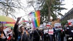 ARSIP - Pendukung kedua belah pihak berjejer setelah adanya sidang dengar di Mahkamah Agung Washington tentang gugatan terhadap seorang pedagang bunga yang menolak melayani pesanan untuk pernikahan sesama jenis, hari Selasa, 15 November 2016 di Bellevue, Washington (foto: AP Photo/Elaine Thompson)