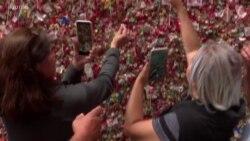 """Turis Jijik Sambil Takjub Mengunjungi """"Tembok Permen Karet"""" di Seattle"""