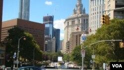 被封鎖的主要馬路Park Row, 後方中間建築是正在施工的世貿中心