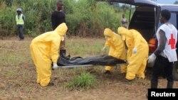 Hasta 15 cuerpos fueron abandonados en una calle de la ciudad de Kenema, tres de ellos a las puertas de un hospital para evitar que la gente entrase al centro asistencial.