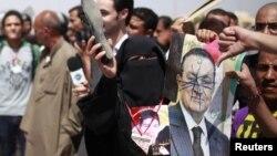 Ðám đông người đứng bên ngoài tòa án ở Cairo chờ tòa tuyên án ông Mubarak, ngày 2 tháng 6, 2012 (VOA's Y. Weeksk)