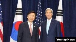 존 케리 미국 국무장관(오른쪽)과 윤병세 한국 외교부 장관이 31일 양자회담을 열고 북한 문제와 미-한 동맹 등 다양한 현안을 논의했다.