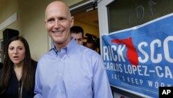 El gobernador titular republicano por Florida, Rick Scott, venció a su retador, Charlie Crist, en una elección tremendamente reñida.