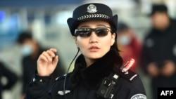 2018年2月5日,中國河南省鄭州火車站鄭州東站的一名警察戴著一副帶有面部識別系統的智能眼鏡。