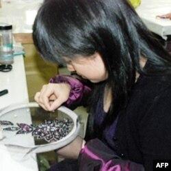 纯熟的晚礼服钉珠工人需要长时间培训