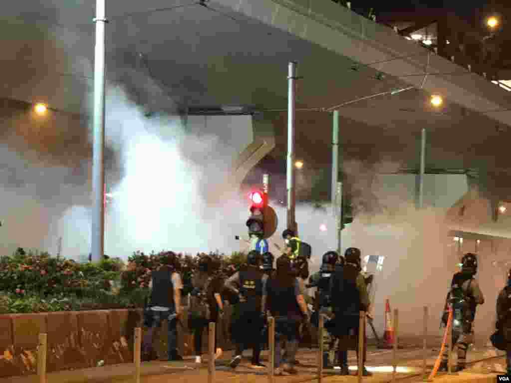 警方在上環干諾道西清場,施放多次催淚彈。(美國之音 湯惠芸拍攝)