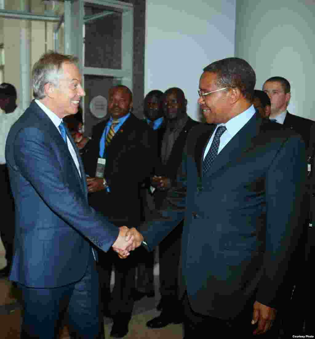 Rais Kikwete akisalimiana na Wazirti Mkuu wa Zamani wa Uingereza Tony Blair mjini Washington