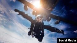 """Casi imposible: Tom Cruise realiza salto HALO desde 8.000 metros en """"Fallout""""."""