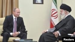 Tổng thống Nga Vladimir Putin (trái) gặp gỡ Lãnh tụ tối cao Iran Ayatollah Ali Khamenei tại Tehran, Iran, ngày 23/11/2015.
