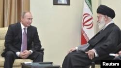 俄罗斯总统普京在伊朗首都德黑兰会见伊朗最高领导人哈梅内伊(2015年11月23日)