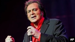 FILE - Engelbert Humperdinck performs in concert at the Royal Albert Hall, May 29, 2015.