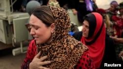 Іракська жінка після прибуття до табору для переміщених осіб на схід від Мосула