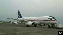 Pesawat Sukhoi Superjet-100 buatan Rusia saat berada di bandara Halim Perdanakusuma Mei 2012. (Foto: Dok)