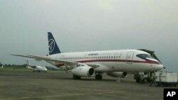 Pesawat Sukhoi Superjet-100 buatan Rusia saat berada di bandara Halim Perdanakusuma (8/5).
