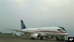 Pesawat Sukhoi Superjet-100 buatan Rusia saat berada di andara Halim Perdanakusuma (8/5). Pesawat berpenumpang 46 orang ini kehilangan kontak dengan bandara saat melakukan penerbangan uji-coba, Rabu (9/5).
