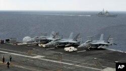 """參加在印度南部港口金奈附近海域舉行的印美日聯合軍演的美國""""西奧多·羅斯福""""號航空母艦。附近為美國海軍""""諾曼底""""號導彈巡洋艦。 (2015年10月17日)"""