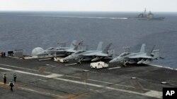 지난해 10월 미국, 인도, 일본 합동 해상훈련을 앞두고, 인도 동부 해안에 미 해군 함정 루즈벨트 호가 정박해 있다. (자료사진)