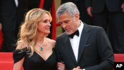 """Julia Roberts dan George Clooney tiba di Festival Film Cannes untuk mempromosikan film mereka """"Money Monster"""" (12/5). (AP/Joel Ryan)"""