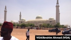 Babban masallacin garin Gombe, garin da dubban 'yan gudun hijirar dake tserewa hare-haren Boko Haram a jihohin Borno da Yobe, suka maida gida a yanzu. (VOA/Ibrahim Ahmed)