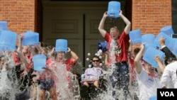 麻州州长贝克率领300人接受冰桶挑战