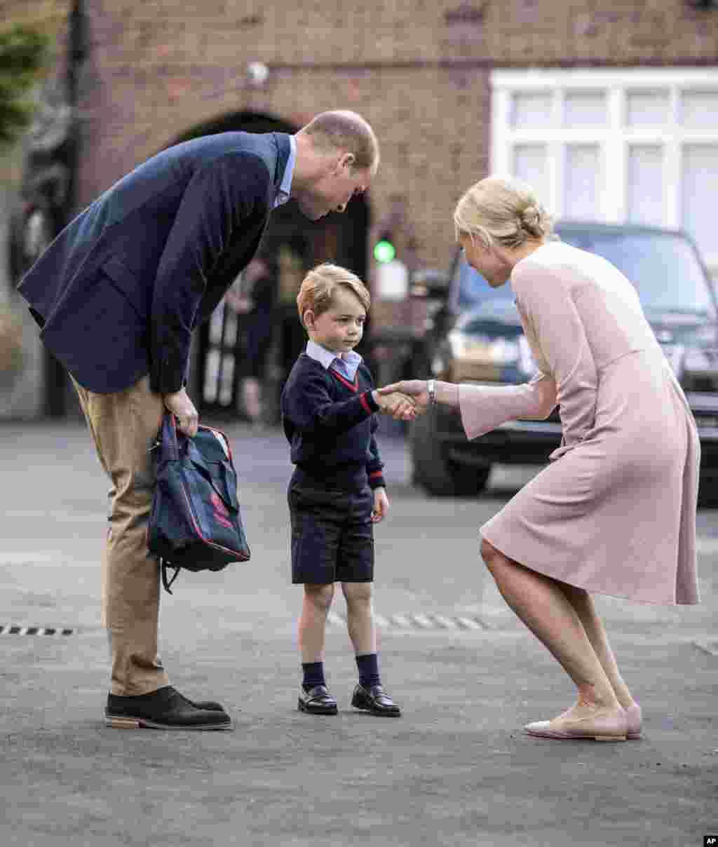 Pangeran George diantar oleh ayahnya, Pangeran William, Duke of Cambridge, tiba pada hari pertama masuk sekolah di Battersea, London.