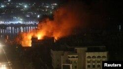 بصرہ میں سرکاری عمارتوں سے آگ کے شعلے بلند ہو رہے ہیں۔ 6 ستبمر 2018