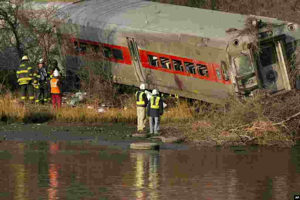 1일 뉴욕 브롱크스에서 통근열차가 탈선해 열차가 할렘 강으로 떨어진 가운데, 수사대가 사고 원인을 조사하고 있다.
