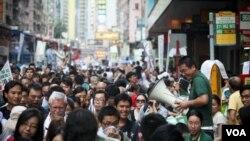 土地正義聯盟創會成員陳允中(手持擴音器者)2011年在71大遊行設置街站 (照片由受訪者提供)