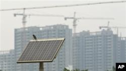 中国保定市街头的太阳能发电版为街灯供电