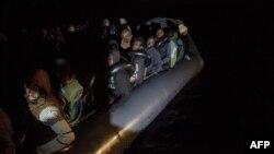 Des migrants à bord d'un bateau gonflable de l'organisation Proactiva Open Arms.