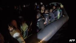 လစ္ဗ်ား ကမ္းလြန္ပင္လယ္ျပင္မွာ စပိန္ NGO အဖြဲ႔က ကယ္တင္ထားတဲ့ အာဖရိက-က ေရႊ႕ေျပာင္းအေျခခ်သူမ်ား (ဒီဇင္ဘာ ၂၁၊ ၂၀၁၈)