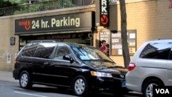 Mobil parkir di dekat Perwakilan Tinggi Republik Indonesia di New York.