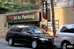 Di kota New York, pengemudi yang tidak ingin beresiko terkena tilang parkir di tepi jalan, harus memarkir kendaraan di dalam garasi yang biayanya mahal, 16 dolar ke atas per jam, seperti yang satu ini di sebelah PTRI di 38th St.