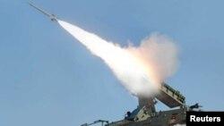 Lanzamiento de prueba de un misil por Corea del Norte durante pruebas en un sitio no identificado.