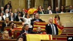 Sessiyanı boykot edən müxalifətçilər zalı tərk etməzdən öncə İspaniya bayrağı nümayiş etdirirlər.