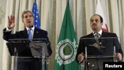 Menlu AS John Kerry bersama Menlu Qatar Khalid al - Attiyah dalam konferensi pers bersama hari Senin (21/10).