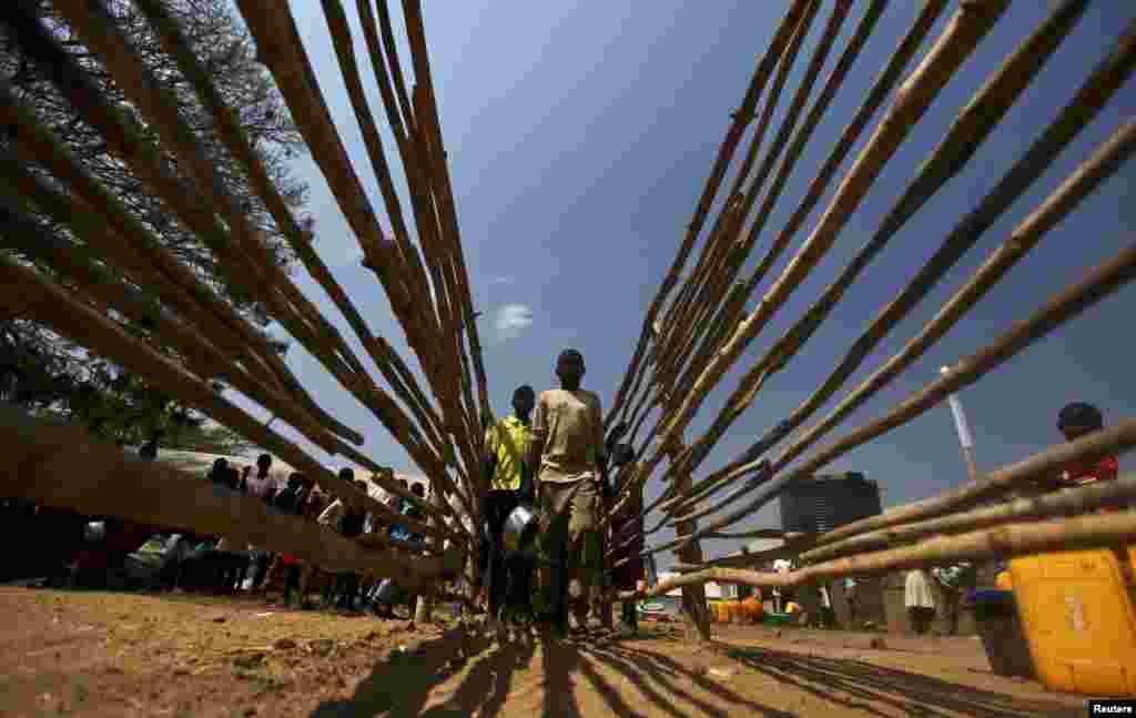 Para pengungsi Sudan Selatan berbaris untuk mendapatkan makanan di kamp pengungsi Tzaipi di Adjumani, 471 km (293 mil) sebelah utara ibukota Uganda di Kampala.
