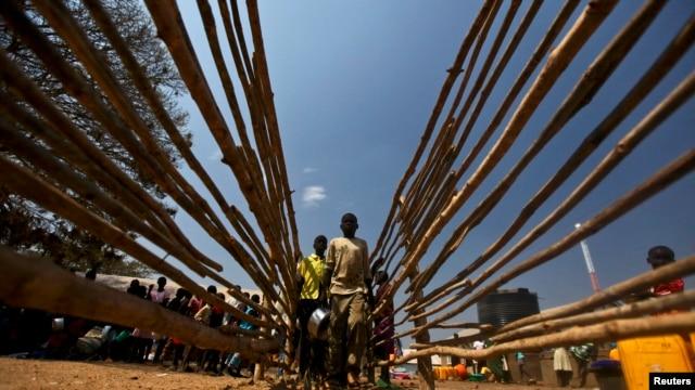 South Sudanese refugees line up for food at the Tzaipi refugee camp in Adjumani, 471 km (293 miles) north of Uganda's capital Kampala, Jan. 17, 2014.