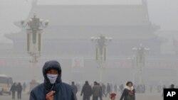 一名男子带着口罩行走在雾霭下的天安门广场(资料照片)
