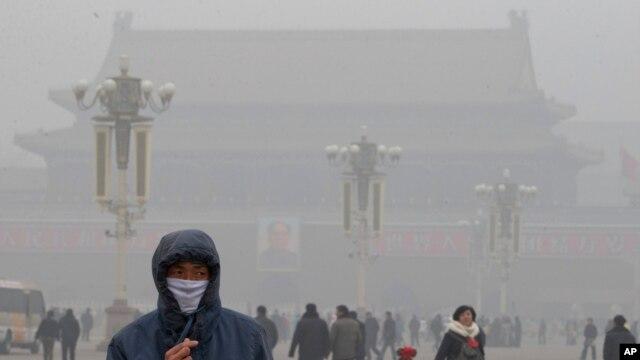 지난달 베이징 천안문 광장에서 심한 대기 오염 때문에 마스크를 착용한 행인들.