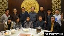 謝丹(後排左1)參加上海同城聚餐 (博訊網絡圖片)
